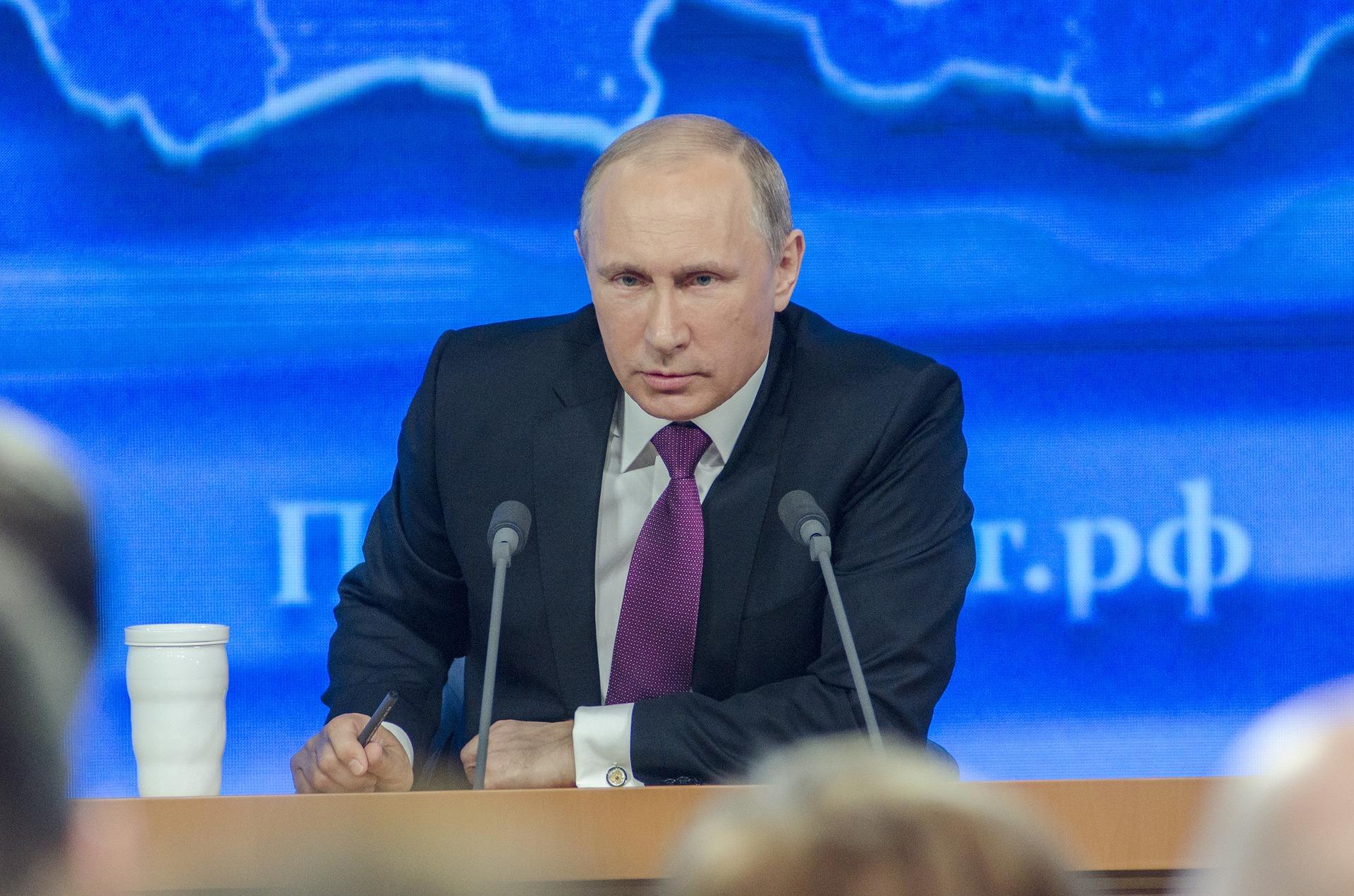 Putin spricht auf einer Pressekonferenz