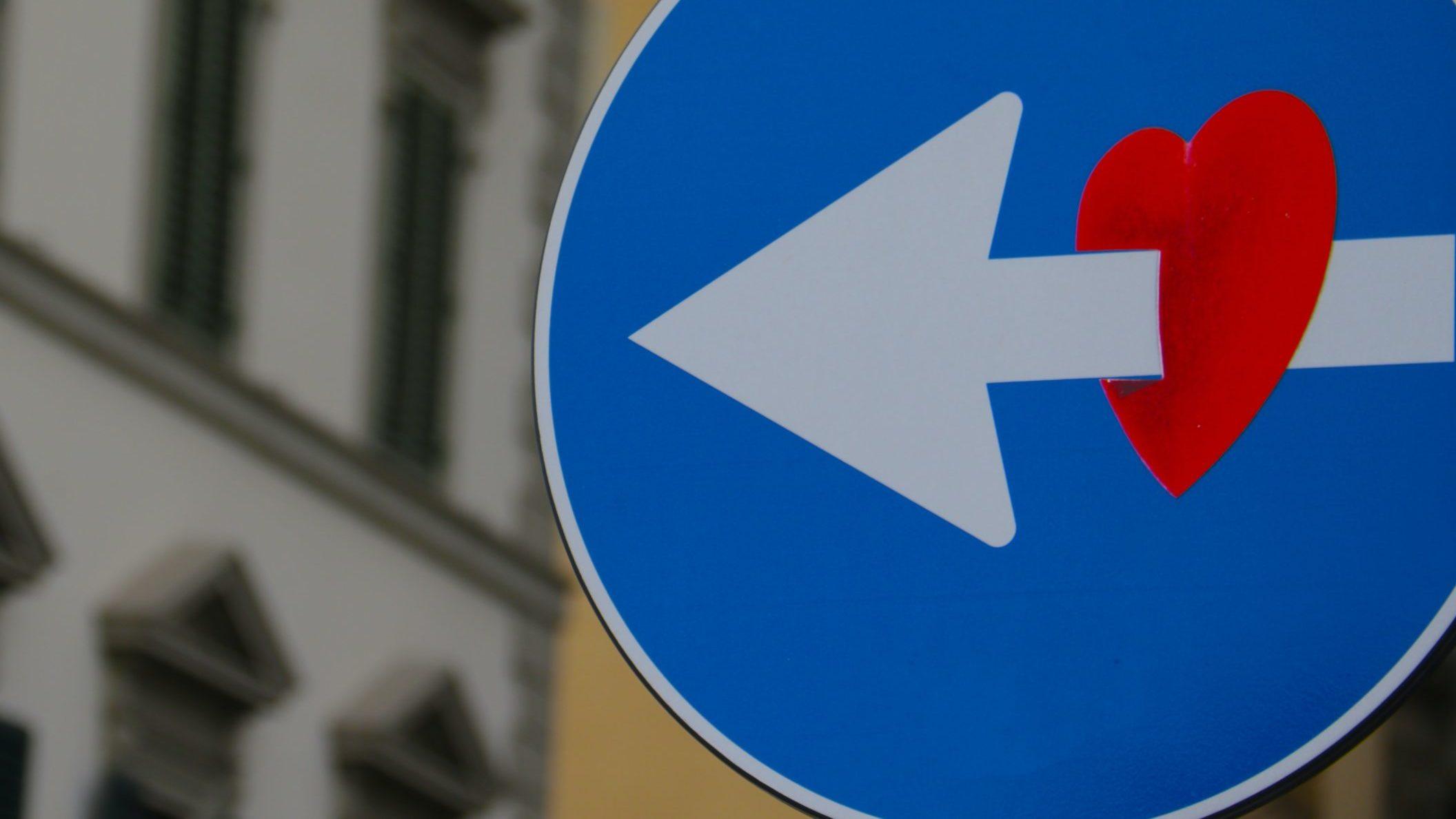 segnale stradale con adesivo cuore